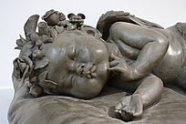 雕塑熟睡的婴儿
