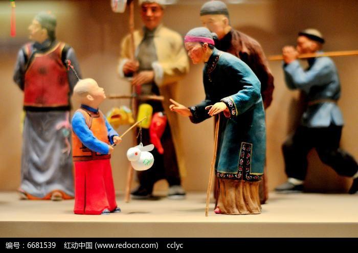 老奶奶对话孙子雕塑图片