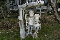 两个欧美小孩雕塑