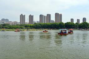水面上的小船和城市