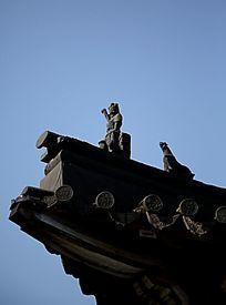 传统建筑屋檐上的小人