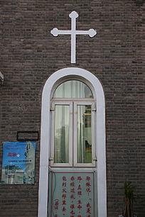 教堂十字架门窗的背景墙