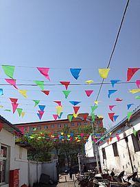 蓝天中的彩旗飘飘