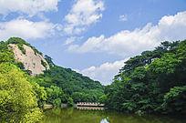 千山云潭上的石桥与山峰山脉