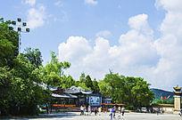 千山正门观光火车站售票处与蓝天白云