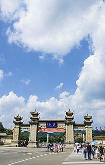 千山正门门楼与蓝天白云