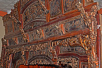 装饰精美的顶子床-木雕艺术