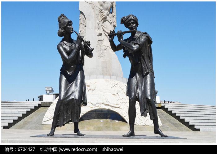 吹笛子的人雕塑正面