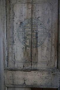 雕双喜图案的老木门