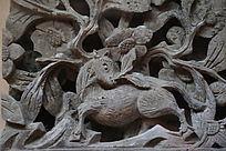 鹿回头图案的镂空砖雕