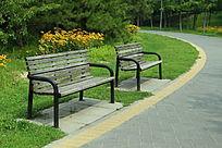绿色森林公园的公共座椅