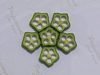 秋葵切片摆拼的花卉图案