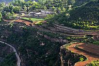 山顶上的村庄农田