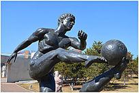 踢足球的人雕塑