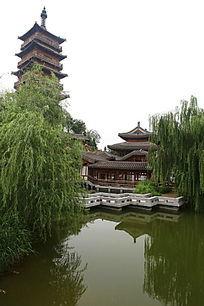 倒影在水中的中式亭台楼阁和木塔