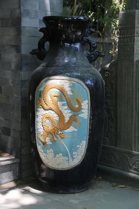 雕飞龙祥云图案的巨型花瓶