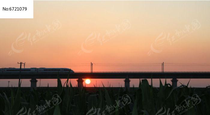高架桥和谐号夕阳图片