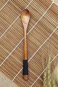 褐色原木缠黑线木纹勺子