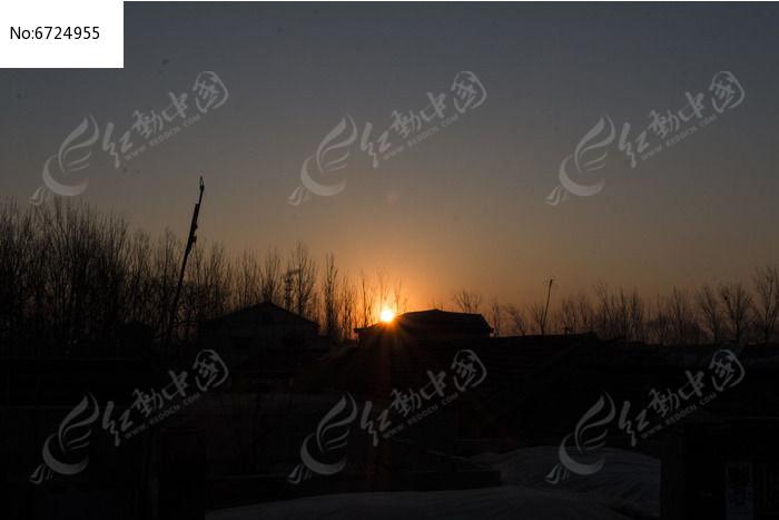 黎明下的村庄图片