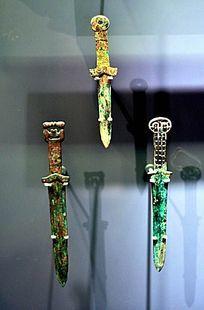 青铜吻熊短剑和镂孔柄短剑