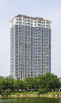 鞍山永乐公园的湖与高层居民楼