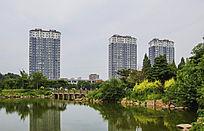 鞍山永乐公园的湖与高层住宅楼
