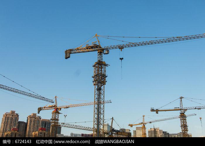 建筑工地上的塔吊图片