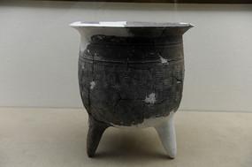 十堰市博物馆中展台的文物陶鼎