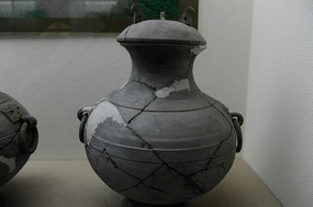 十堰市博物馆中展台的文物陶壶