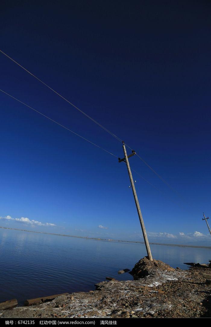 茶卡盐湖上的电线杆图片