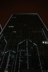 倒影在玻璃幕墙大楼上的摩天大楼