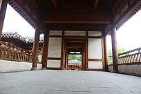 低角度拍摄传统木亭回廊