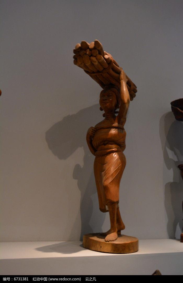 非洲伐木妇女木雕图片