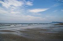 海滩上绸布状的海浪