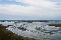 海滩上的出水口出水溪流