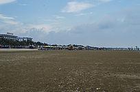 海滩上的遮阳伞游泳区