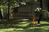 酒楼前草坪上的测绘仪器