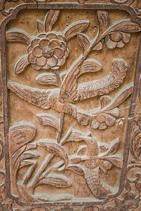 门上的喜鹊花卉雕刻
