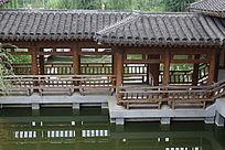 苏州园林风格的木亭倒影在水中