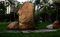 学校内的大石块大石头