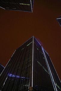 仰视夜晚摩天大楼造型灯光
