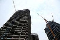 仰视在建的摩天大楼