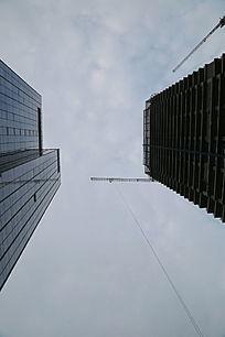 仰视在建摩天大楼的塔吊机