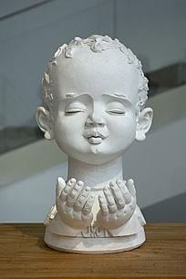 雕塑祈祷的儿童