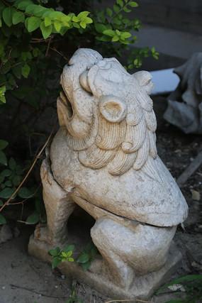 蹲狮子石雕像