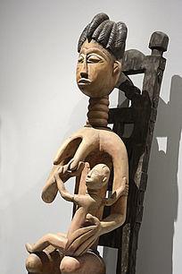 非洲木雕哺乳的女人