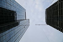 仰视在建摩天大楼和完工的大楼