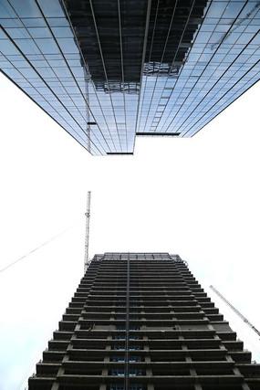 在建摩天大楼倒影在玻璃幕墙