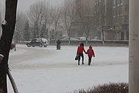在雪天行走的母子图片