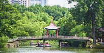 鞍山二一九公园劳动湖上的揽月亭与桥